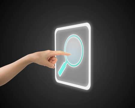 dedo indice: el dedo índice Mujer botón con el icono de búsqueda tocar, vista lateral. Foto de archivo