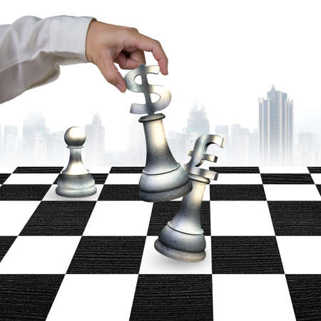 libra esterlina: La mano del hombre que juega el dinero en moneda piezas símbolo de ajedrez, con signo de dólar la libra esterlina símbolo de jaque mate a bordo de verificación.