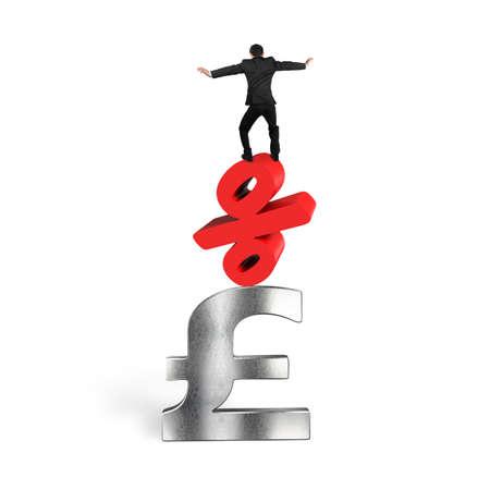 libra esterlina: El hombre de negocios de equilibrio en signo de porcentaje rojo y el símbolo de la libra esterlina, aislado sobre fondo blanco. Foto de archivo