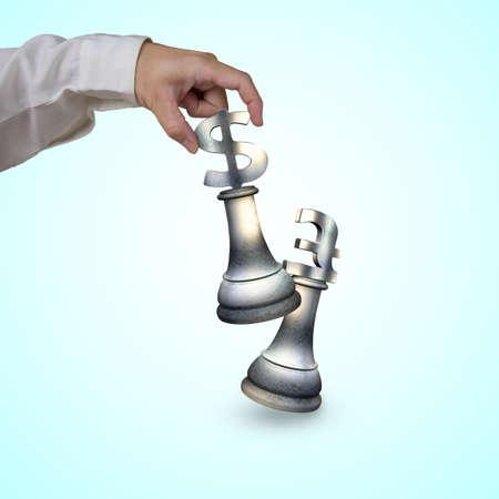 pound sterling: La mano del hombre que juega el dinero en moneda piezas símbolo de ajedrez, con signo de dólar la libra esterlina símbolo de jaque mate.