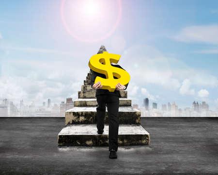 signo pesos: Hombre que lleva signo de d�lar de oro para subir escaleras de concreto viejas, con fondo de cielo soleado.