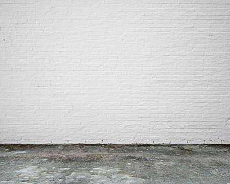 blanc: mur de briques blanches avec plancher moosy intérieur personne vide