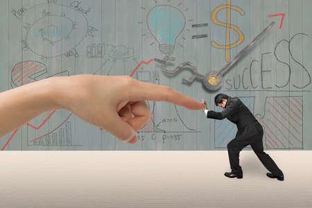 Kleine man duwen tegen grote vrouw de hand wijsvinger op tafel, met business concept doodles houten muur achtergrond, 3D illustratie