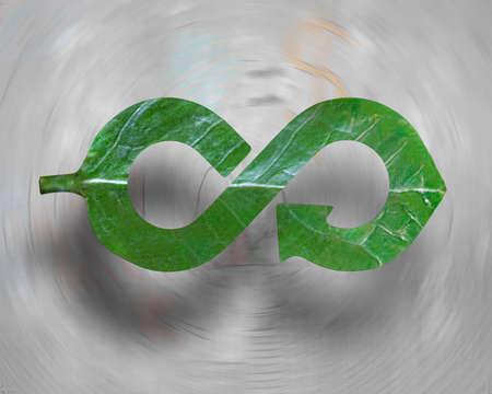Transformer l'industrie en concept d'économie écologique et circulaire verte, feuille en forme de flèche à l'infini de recyclage, sur fond abstrait de griffonnages de vortex. Banque d'images