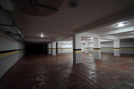 Lege ondergrondse parkeergarage achtergrond. Stockfoto