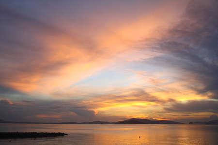 Meerblick bei Sonnenuntergang. Leuchtturm an der Küste. Küstenstadt Turgutreis und spektakuläre Sonnenuntergänge Standard-Bild