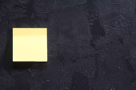 yellow sticky note on wall 版權商用圖片