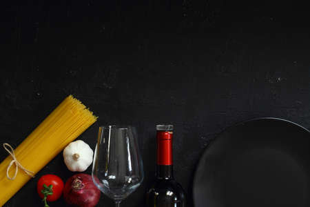 Flat lay with fresh organic products. Traditional ingredients of italian cuisine Foto de archivo - 160972556