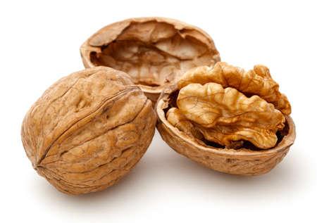 Gepelde walnoten en de kernels. Geïsoleerd op een witte achtergrond