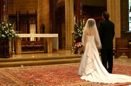 Novia y el novio en el altar (Closeup)  Foto de archivo