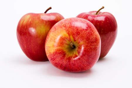 Drie, smakelijke appels op een witte achtergrond Stockfoto