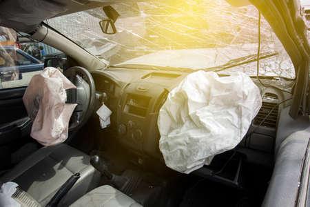 자동차 사고로 앞 유리가 깨지고 에어백 폭발 사고가 보험 회사에 청구됩니다. 사고로 손상된 근무 차량 수리 검사. 이미지 흐림 포커스 스타일.