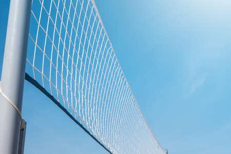 Malla para voleibol de playa en un día soleado de verano Foto de archivo