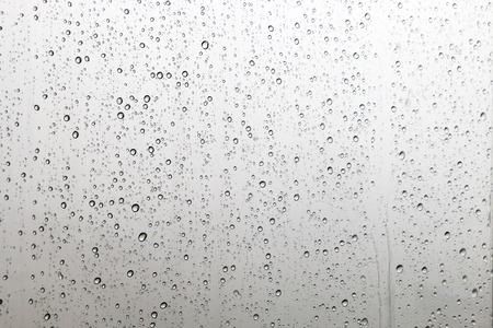 Dalingen van regen op glas Stockfoto