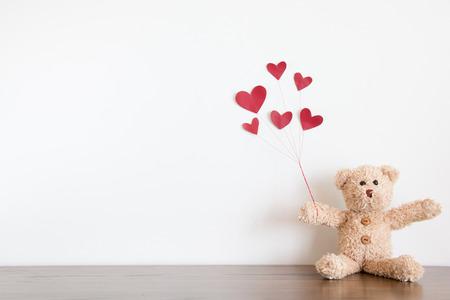 oso de peluche con globo de corazón rojo