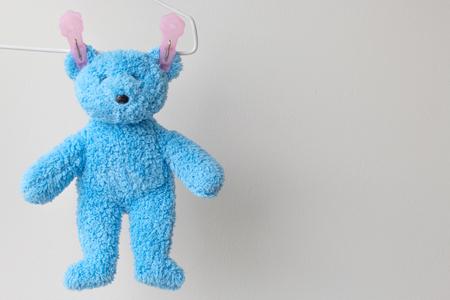 Hangende en droge teddybeer na het wassen Stockfoto