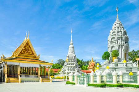 Touristenattraktion Phnom Penh und berühmter Markstein - zeremonieller Pagodenkomplex des königlichen Palastes, Kambodscha mit Hintergrund des blauen Himmels Standard-Bild - 75399704