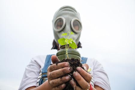 een plant en een man met masker
