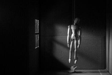 ahorcada: Marioneta de madera colgado Foto de archivo