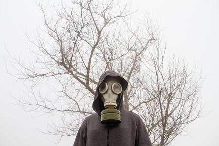 toter baum: M�dchen Gasmaske stand vor einem trockenen Baum. Lizenzfreie Bilder