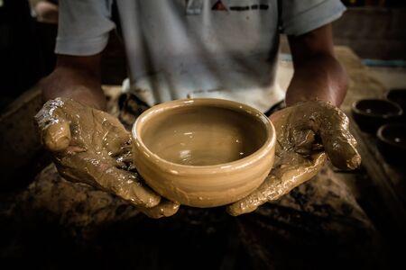 ollas de barro: Moldeo ollas de barro a mano Foto de archivo