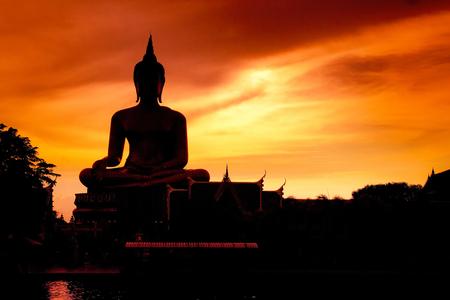 Schaduw van de grote Boeddha avond. Stockfoto