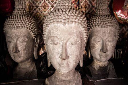 cabeza de buda: La gran cabeza de Buda en el templo de Tailandia.