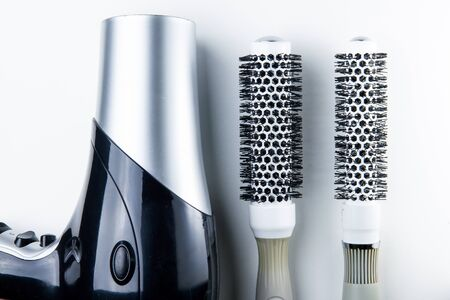 secador de pelo: The Hair dryer and comb for hairdressers Foto de archivo