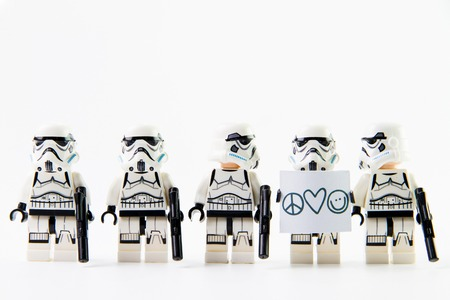 Nonthaburi, Thailand - 31 december 2015: de LEGO Star Wars mini figuren uit film serie op geïsoleerde witte achtergrond, Lego is een in elkaar grijpende bakstenen systeem in de hele wereld verzameld door volwassenen en kinderen.