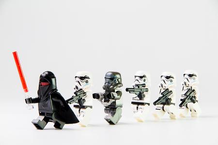 Nonthaburi, Thailand - 29 december 2015: de LEGO Star Wars mini figuren uit film serie op geïsoleerde witte achtergrond, Lego is een in elkaar grijpende bakstenen systeem in de hele wereld verzameld door volwassenen en kinderen.