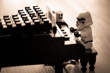 Nonthaburi, Thailand - 28 december 2015: de LEGO Star Wars mini figuren uit film-serie, Lego is een in elkaar grijpende bakstenen systeem in de hele wereld verzameld door volwassenen en kinderen. Stockfoto - 50393318