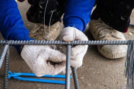 Arbeits Mitarbeiter des Stahldrahtbewehrungskorb. Standard-Bild