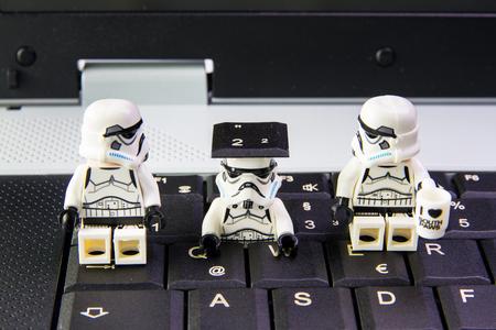 Nonthabure, Thailand - maart, 19, 2016: Lego Star Wars Stormtrooper een sneak is toetsenbord notebook.The LEGO Star Wars mini figuren uit film serie op geïsoleerde witte achtergrond, Lego is een in elkaar grijpende bakstenen systeem in de hele wereld verzameld door volwassenen Redactioneel