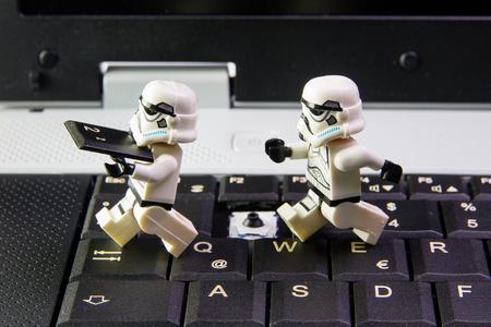 robo: Nonthabure, Tailandia - marzo 19, 2016: Lego Star Wars soldado de asalto robó teclado teclado Notebook.The LEGO Star Wars mini figuras de la serie de películas sobre fondo blanco aislado, Lego es un sistema de enclavamiento de ladrillos recogidos en todo el mundo por los adultos una Editorial