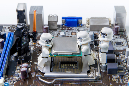 human figure: Nonthabure, Tailandia - mayo 05, 2016: Lego de Star Wars que repara el ordenador motherboard.The Lego Star Wars mini figuras de la película series.Lego es un sistema de enclavamiento de ladrillos recogidos en todo el mundo. Editorial
