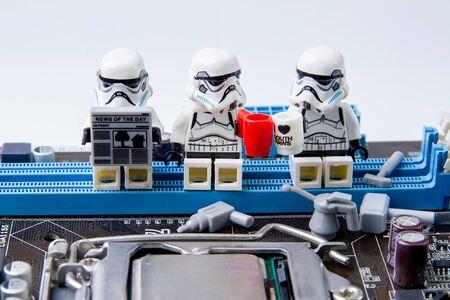 Nonthabure, Thailand - 5 mei 2016: Lego-sterrenoorlogen die computermotherboard repareren. De lego Star Wars-minifiguren uit de filmserie. Luo is een in elkaar grijpend stenen systeem dat over de hele wereld wordt verzameld.