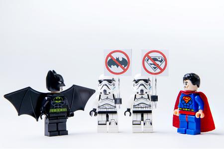 Nonthabure, Thailand - May 22, 2016: LEGO minifigure Batman vs Superman en stormtrooper .De lego Batman en Superman mini figuren uit film .Lego is een in elkaar grijpende bakstenen systeem verzameld over de hele wereld.