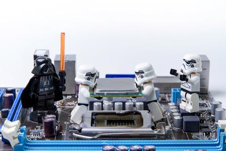 Nonthabure, Thailand - May 05, 2016: Lego Star Wars repareren computer motherboard.The LEGO Star Wars mini figuren uit film series.Lego is een in elkaar grijpende bakstenen systeem over de hele wereld verzameld. Redactioneel