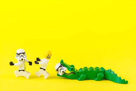 Nonthabure, Thailand - juli, 07, 2016: Lego Star Wars weglopen krokodil bite.The LEGO Star Wars mini figuren uit film series.Lego is een in elkaar grijpende bakstenen systeem in de hele wereld verzameld.