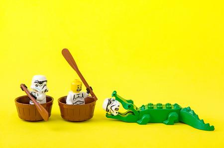 Nonthabure, Thailand - 07 juli 2016: Lego star wars ferried escaped crocodile bite.The lego Star Wars minifiguren uit filmreeksen. Lego is een in elkaar grijpend stenen systeem dat over de hele wereld is verzameld. Stockfoto - 60280754