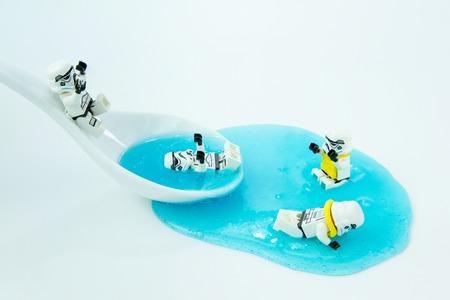 Nonthabure, Thailand - 10 juli 2016: Lego-sterrenoorlogen spelen in het water. De lego Star Wars-minifiguren uit de filmserie. Lego is een in elkaar grijpend stenen systeem dat over de hele wereld wordt verzameld. Redactioneel