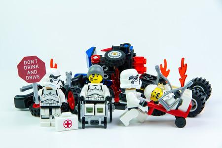 Nonthabure, Thailand - augustus 08, 2016: Lego star wars stormtrooper staan ??â ? <â ? <met een bordje Drank rijden niet op een witte achtergrond.Lego is een in elkaar grijpende stenen systeem verzameld over de hele wereld.