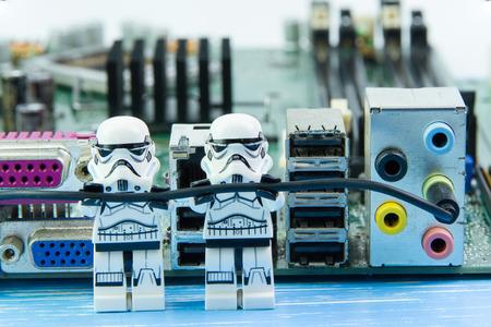 Nonthabure, Thailand - augustus, 02, 2016: Lego-sterrenoorlogen repareren computermotherboard. De lego Star Wars minifiguren uit filmserie. Lug is een in elkaar grijpend stenen systeem dat over de hele wereld wordt verzameld.