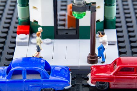 celos: diminutos juguetes en miniatura paparazzi fueron tomadas en secreto la pareja. Foto de archivo