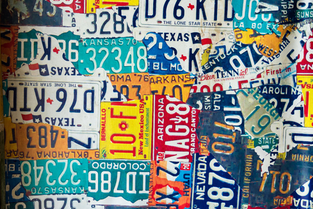 Phetchabun, Thailand - Juli, 15, 2017: Vinyl de kentekenplaten van de tekenplaat oude auto bij Route 12 koffiewinkel in Khao Kho Phetchabun Thailand.