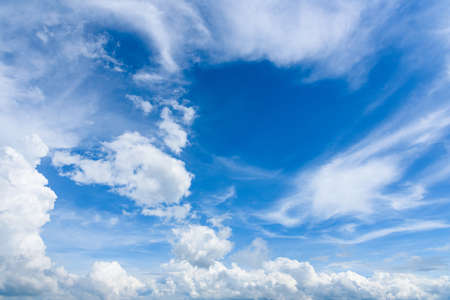 Blauer Himmel und weiße Wolke am Sommer. Guten Tag