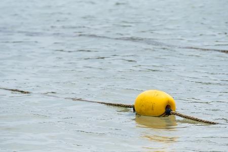 Gele boei in de zee Stockfoto