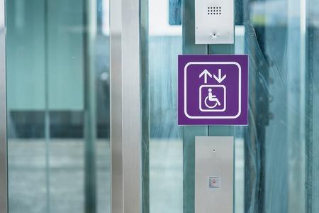 Ascensore per disabili alla stazione della metropolitana
