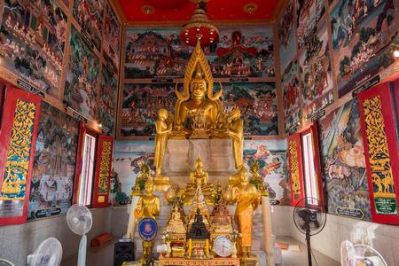 Chachoengsao, Thailand - April, 15, 2018 : Golden Buddha statue of Wat Hong Thong temple in Chachoengsao, Thailand Редакционное