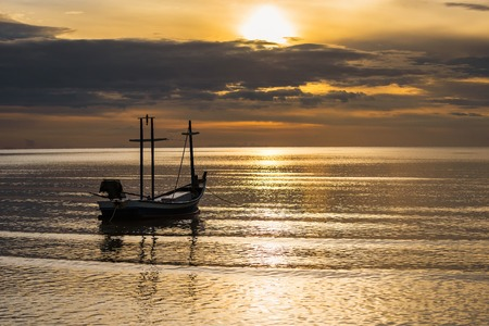 Fishing boat floating in the sea at morning sunshine time.Thailand Banque d'images